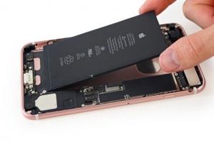 Thay pin iPhone chính hãng, lấy liền