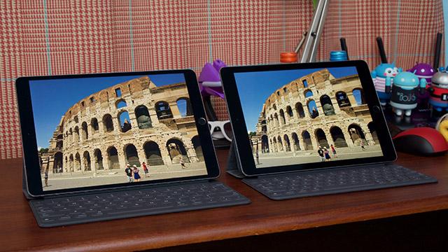 iPad Pro 10.5 inch bên trái với viền màn hình siêu mỏng so với iPad Pro 9.7 inch