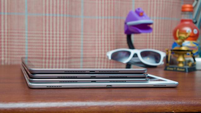 Theo thứ tự dưới lên là iPad Pro 12.9 inch, iPad Pro 10.5 inch, iPad Pro 9.7 inch và iPad 5