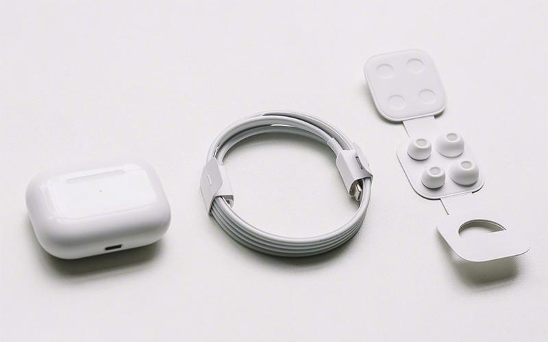Bộ sản phẩm bao gồm Tai nghe, Hộp sạc, USB-C to Lightning, đệm tai Silicon (3 cỡ), sách hướng dẫn